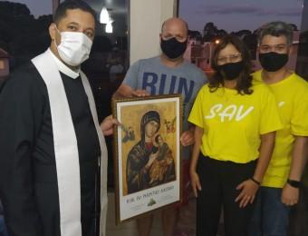 Ganhador da rifa do SAV recebe visita para entronização do ícone da Mãe do Perpétuo Socorro