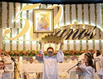 Crianças coroam Nossa Senhora no terceiro dia do novenário