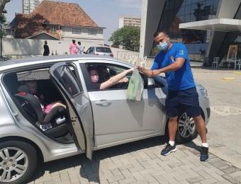 Drive-thru solidário arrecada produtos de higiene e limpeza